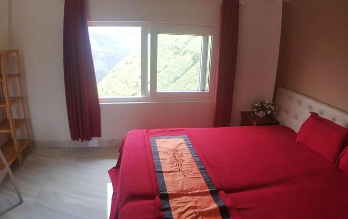 Bên trong các phòng, tone màu chủ đạo là đỏ bordeaux hoặc xám, có khung cửa sổ lớn nhìn ra bồn bề núi non trùng điệp. Mỗi phòng đều có tủ để đồ, tivi và phòng tắm riêng biệt.