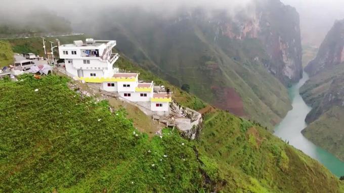 Khu nhà cao 6 tầng, nằm thoải theo sườn đèo. Mỗi căn phòng đều có ban công nhìn xuống đèo Mã Pì Lèng và hẻm núi Tu Sản cùng dòng sông Nho Quế thơ mộng.