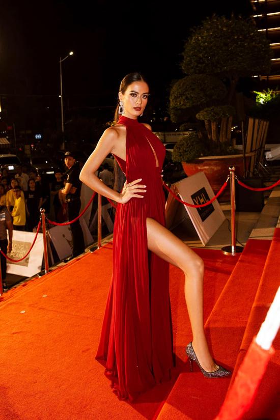 Váy lụa xẻ cao cũng là trang phục được Như Vân yêu thích và lựa chọn để xuất hiện ở các thảm đỏ tổ chức hoành tráng.