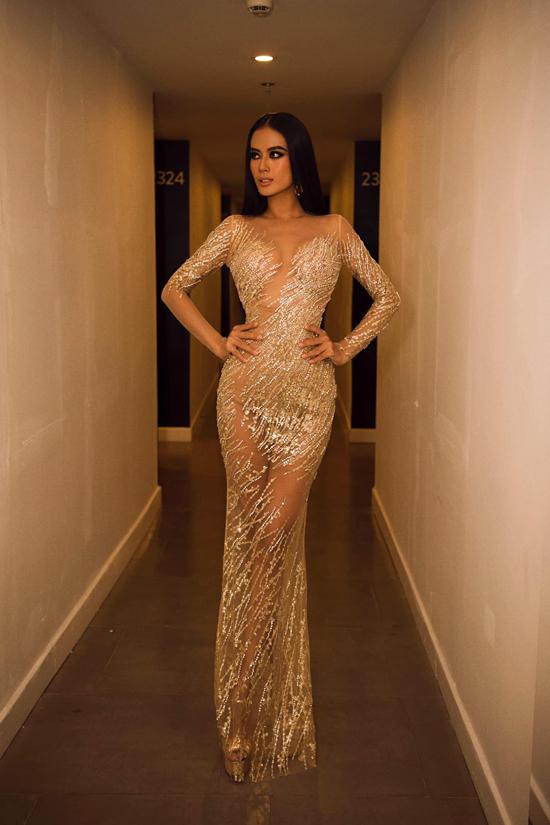Váy lưới đi kèm hoạ tiết ánh kim vừa tôn nét sexy vừa giúp Như Vân cuốn hút khi tham gia các buổi tiệc tối.