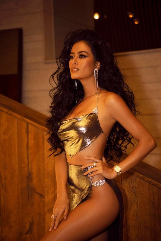 Ở một số chương trình, Như Vân còn thể hiện sự táo bạo khi chọn các kiểu váy cut-out khoe tối đa khoảng hở.
