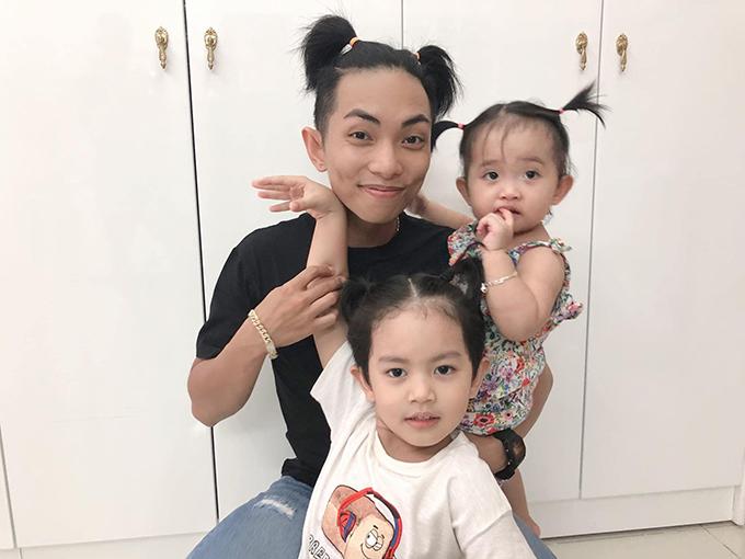 Phan Hiển cột tóc ngộ nghĩnh vui đùa cùng hai con khi bà xã Khánh Thi vắng nhà.