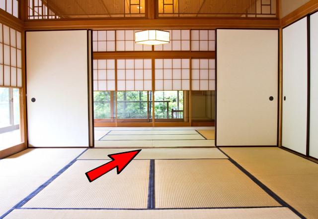 Khu vực ranh giới giữa hai căn phòng (mũi tên màu đỏ) là khu vực cấm không nên giẫm lên ở Nhật
