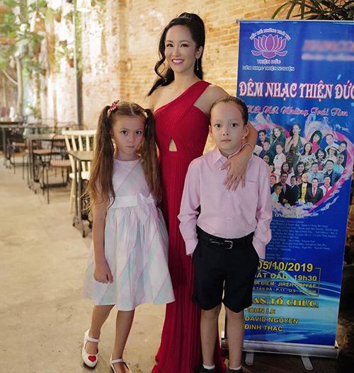 Hồng Nhung đưa hai con đi dự đêm nhạc thiện nguyện ngày 5/10 vừa qua.