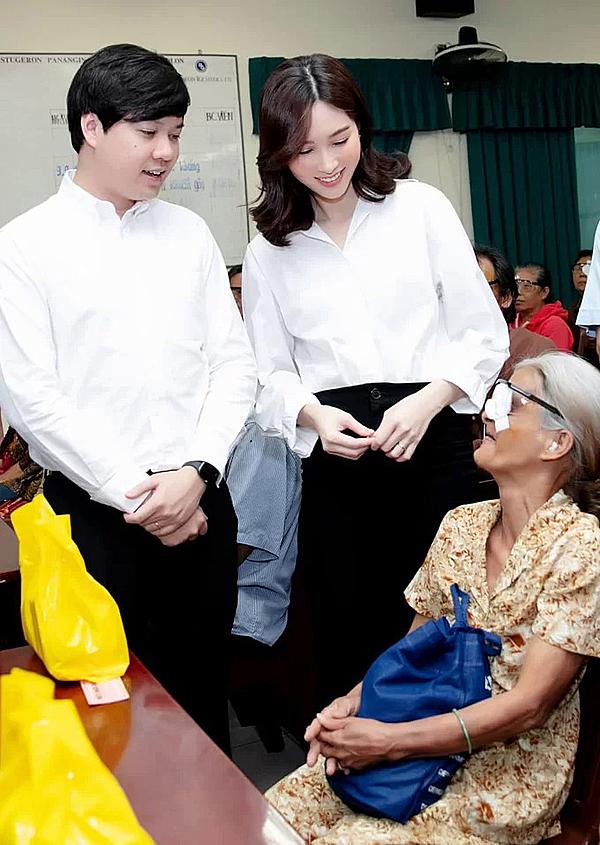 Nhân dịp kỷ niệm 2 năm ngày cưới, Đặng Thu Thảo cùng ông xã Đặng Trung Tín cùng nhau làm việc thiện khi hỗ trợ bệnh nhân nghèo tại TP HCM mổ mắt miễn phí. Sau khi lấy chồng, cô cho biết không còn cần những thứ xa hoa, vui khi được cùng ông xã làm những điều ý nghĩa cho cộng đồng.