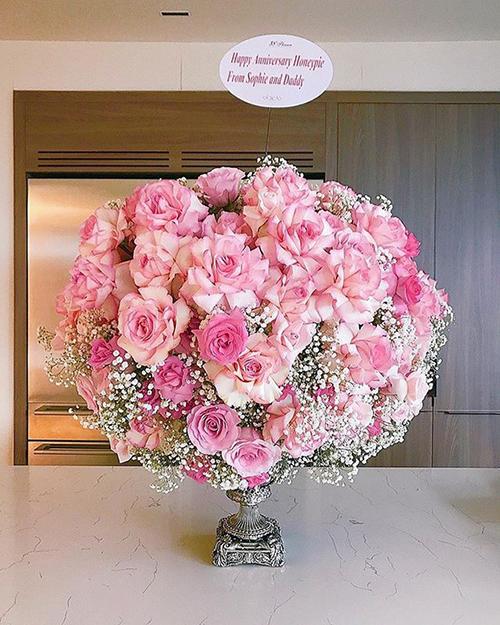 Trong ngày đặc biệt này, Trung Tín cũng gửi tặng bó hoa cho bà xã. Món quà được ký tên từ bố và con gái Sophie.