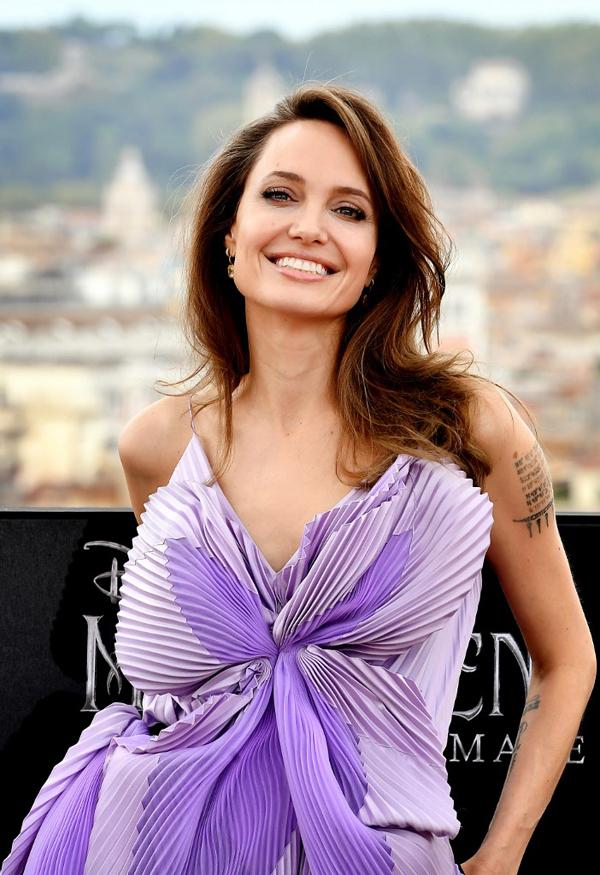 Angelina diện đầm tím trẻ trung và quyến rũ tại buổi họp báo diễn ra vào chiều 7/10, trước lễ ra mắt phim.