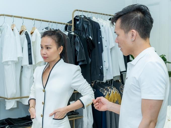 Cẩm Ly yêu thích những trang phục giản dị giống với tính cách và con người của mình. Tuy nhiên, lần này nhà thiết kế Tuấn Trần thuyết phục đàn chị thử nghiệm những bộ cánh lộng lẫy, cầu kỳ hơn