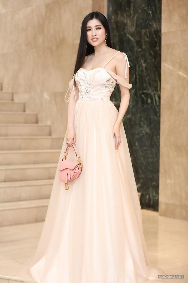 Emily Hồng Nhung.
