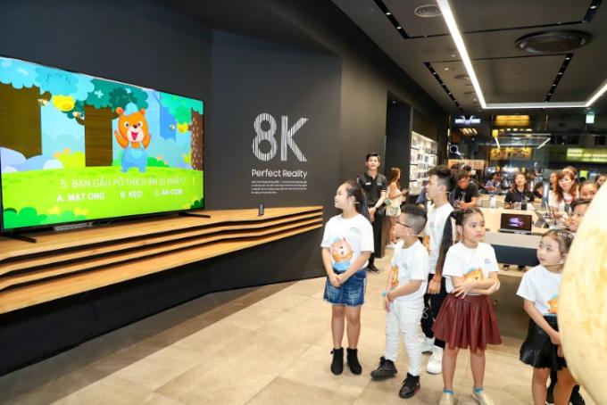 Các bé được xem các video trên POPS Kids- một trong những ứng dụng giáo dục giải trí hàng đầu cho trẻ tại Việt Nam cũng như trên Samsung TV.