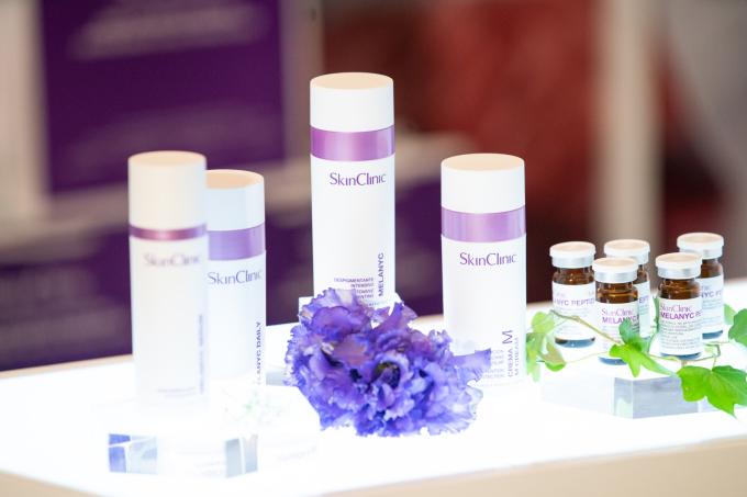 Các dòng sản phẩm điều trị nám theo phác đồ chuyên gia được trưng bày tại sự kiện.