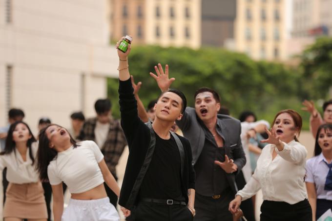 Bí kíp Sơn Tùng cầm trên tay kích thích sự tò mò của công chúng.