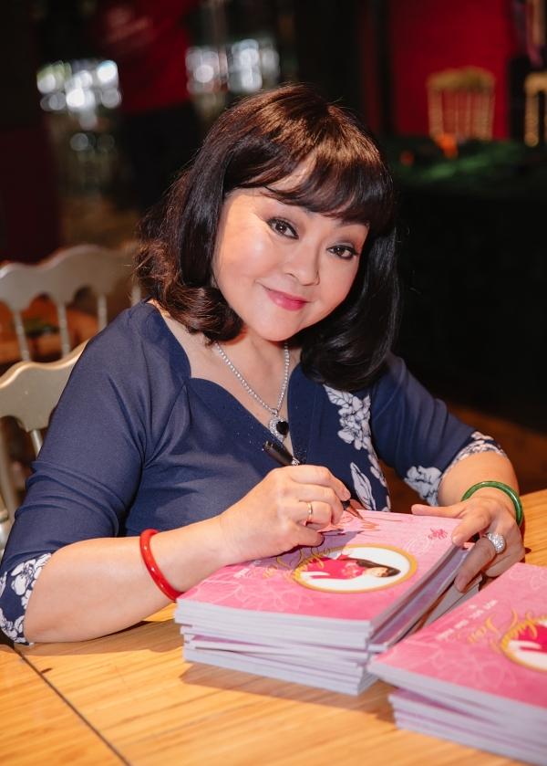 Tại buổi họp báo chiều 7/10, cô cũng ký tặng và ra mắt DVD liveshow Hương Lan – Một đời sân khấu sau một năm diễn ra.