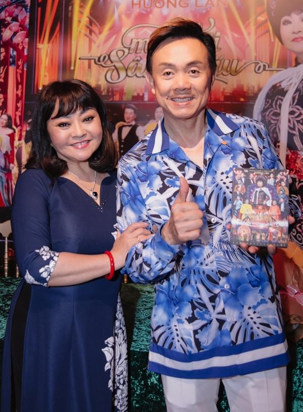 Nghệ sĩ Chí Tài hào hứng nhận DVD từ Hương Lan.