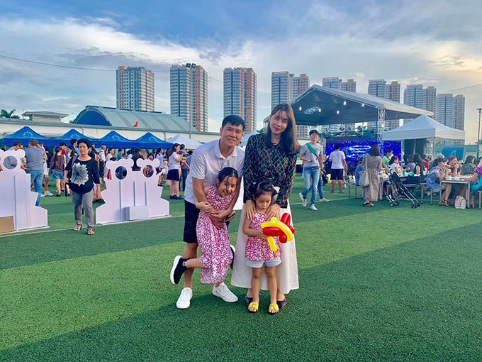 Sau đó vài ngày, Lưu Hương Giang chia sẻ khoảnh việc cả nhà đưa con gái lớn Mina đi tựu trường. Mina tên thật Hồ Khánh Hà, hiện học tại một trường quốc tế ở TP HCM.
