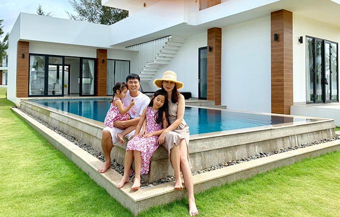 Đầu tháng 9, cả nhà Lưu Hương Giang - Hồ Hoài Anh đi nghỉ dưỡng tại một resort ở Vũng Tàu. Khi đăng tải bức ảnh này, Lưu Hương Giang còn bị chồng trêu: Facebook ai người đó xinh hả bạn gì ơi?.