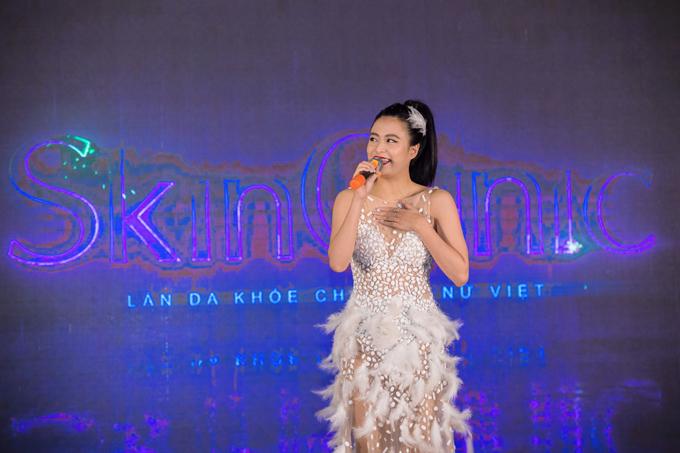 Ca sĩ Hoàng Thùy Linh cũng xuất hiện tại sự kiện, ngoài ra còn có MC Quang Bảo, nghệ sĩ violin Hoàng Rob.