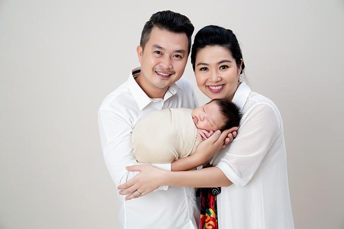 Vợ chồng Tuấn Khải - Lê Khánh cùng con trai chụp ảnh nhân dịp kỷ niệm cậu bé tròn 1 tháng tuổi.