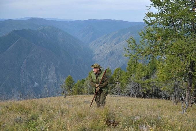 [CaptioỞ tuổi lục tuần, Tổng thống Putin vẫn trông rất khỏe và không ngại đường xa. Ông đội nón, mang kính râm và băng qua núi đồi hùng vĩ.