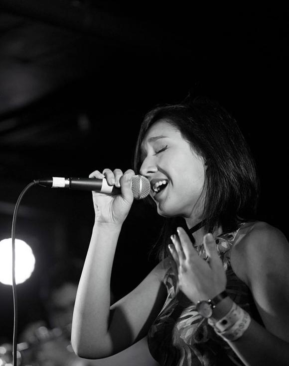 Nhắc đến Anna Trương, khán giả quen gọi cô là bé Anna bởi Mỹ Linh hay giới thiệu như thế mỗi lần đưa con gái lên sân khấu. Kể từ đó tới nay đã hơn 20 năm, Anna Trương hiện giữ vai trò kỹ sư âm thanh, làm việc tại Igloo Music - phòng thu nổi tiếng ở Mỹ từng giành 24 giải Grammy.