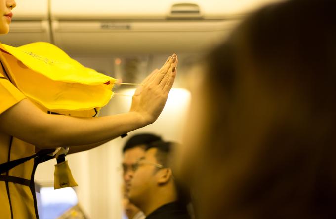 Bạn làm phồng áo phao bằng cách giật mạnh dây kéo, tuy nhiên, lưu ý chỉ làm phồng khi ra khỏi máy bay. Ảnh: Shutterstock