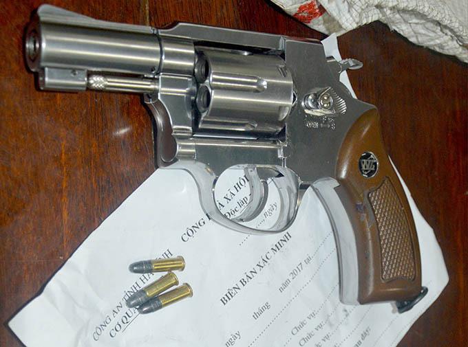Khẩu súng ngắn bị thu giữ. Ảnh: Minh Toàn