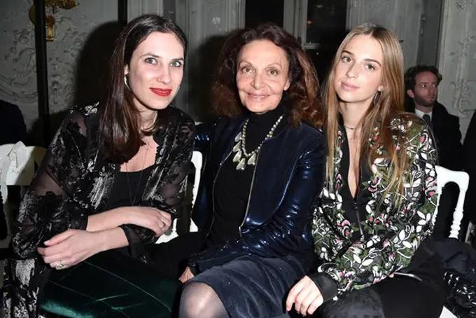 Dù làm dâu hoàng gia nhưng Tatiana có cuộc sống thoải mái, không tuân thủ nhiều quy định của hoàng tộc.Tatiana là một trong những khách mời VIP và thường xuyên tại Tuần lễ thời trang. Bà luôn ngồi hàng ghế đầu các show củaChanel, Christian Dior và Valentino. Trong ảnh bàTatiana Casiraghi chụp cùng nhà thiết kế thời trang danh tiếng Diane Von Furstenberg và con gái Talita Von Furstenberg tại Tuần lễ thời trang Paris năm 2017. Ảnh: BI.