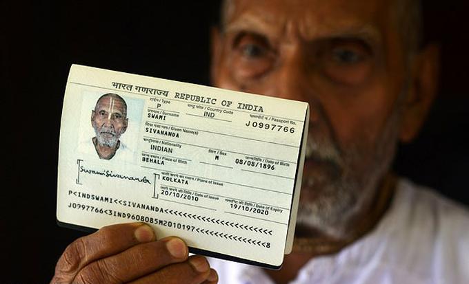 Hộ chiếu của cụ Sivananda sinh năm 1896 ở Ấn Độ. Ảnh: AFP.