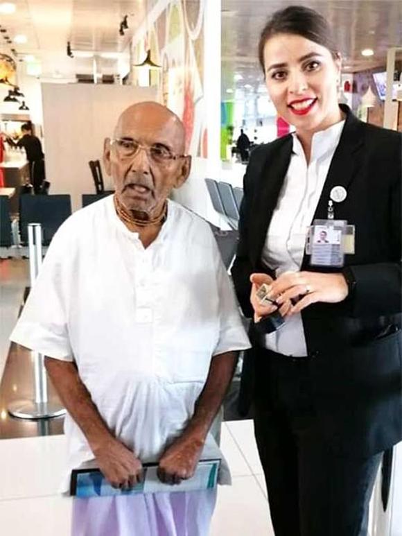 Cụ Sivananda và nhân viên hàng không ở sân bay Abu Dhabi, Dubai. Ảnh: FB.