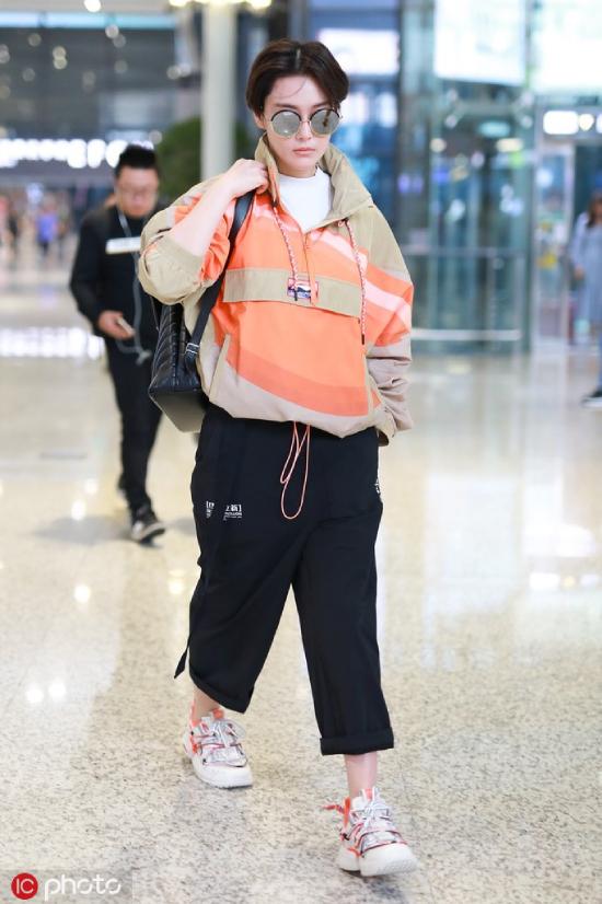Cụm từ Trương Hinh Dư cắt tóc ngắn trở thành từ khóa tìm kiếm hot trên mạng xã hội Trung Quốc, sau khi nữ diễn viên xuất hiện tại sân bay Hồng Kiều, Thượng Hải hôm 7/10 với mái tóc ngắn cá tính, trang phục tomboy khỏe khoắn. So với hình ảnh điệu đà, nữ tính trước đó, Trương Hinh Dư lột xác hoàn toàn.