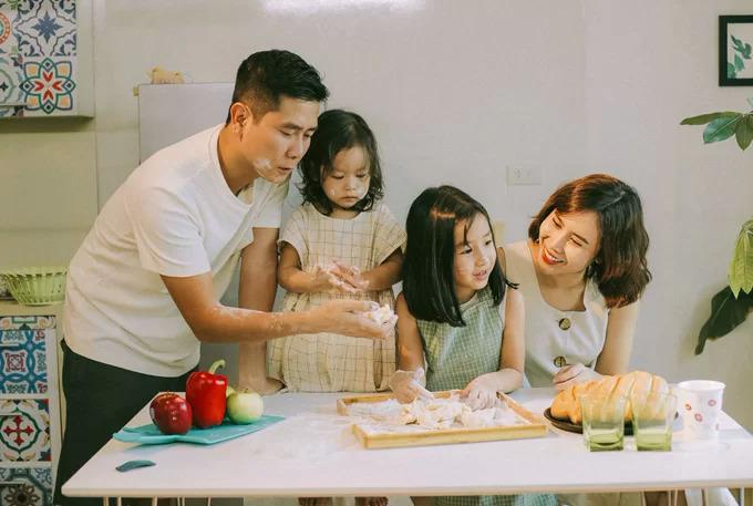 Tháng 8/2018, Lưu Hương Giang - Hồ Hoài Anh lần đầu chia sẻ bộ ảnh gia đình và tiết lộ về tính cách của 2 con gái. Mina và Misu tính cách trái ngược. Cô em tự lập, cá tính hơn cô chị.Từ khi có em bé, Mina ra dáng chị hai, biết nhường nhịn, giúp bố mẹ trông em.