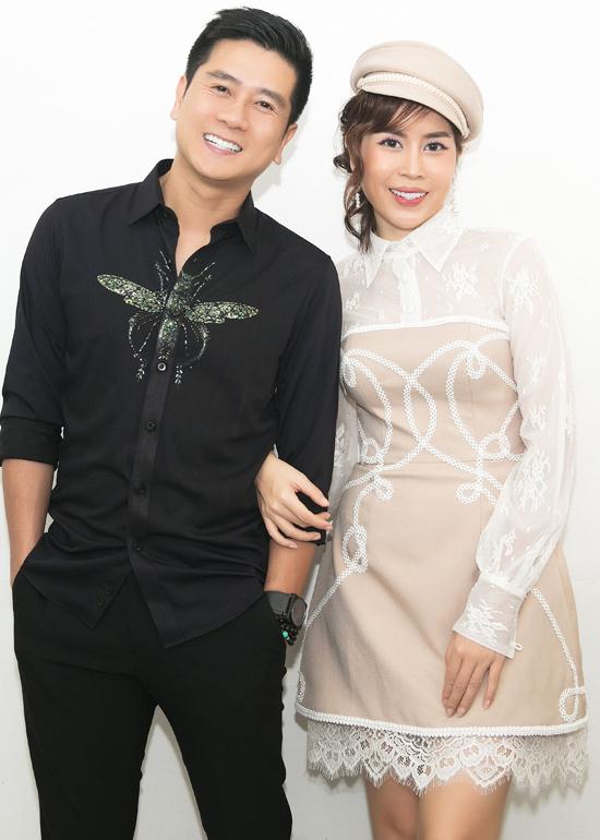 Khi cập nhật các mốt váy mới, Lưu Hương Giang cũng không quên đầu tư các kiểu sơ mi họa tiết đúng trend cho chồng.
