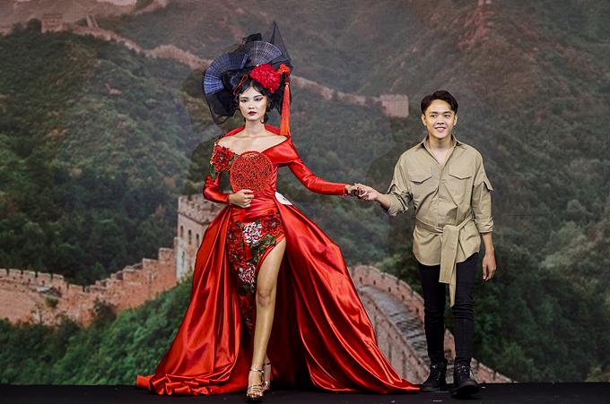 Hùng Khang cùng người mẫu trình diễn trong đêm chung kết 5/10.