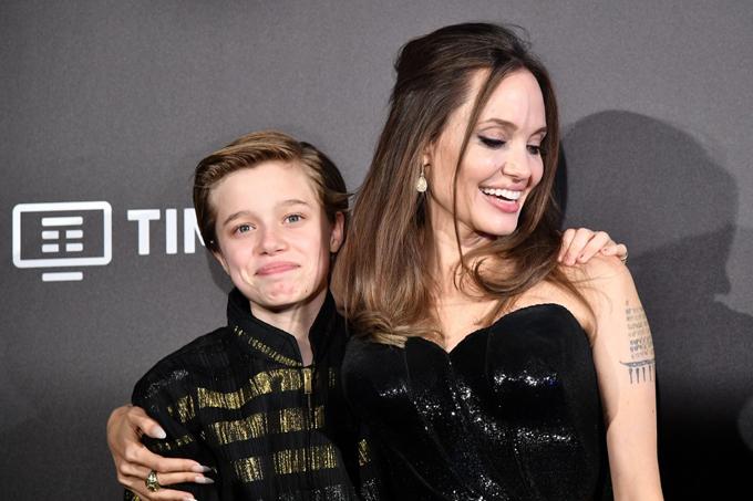 Các con đang theo Jolie đi quảng bá phim khắp thế giới. Trước khi đến Italy, họ đã đến Nhật và đoàn tụ với anh trai cả Maddox. Maddox, 18 tuổi - đang du học tại Seoul, Hàn Quốc - bay sang nước láng giềng để gặp mẹ và các em hôm 2/10.