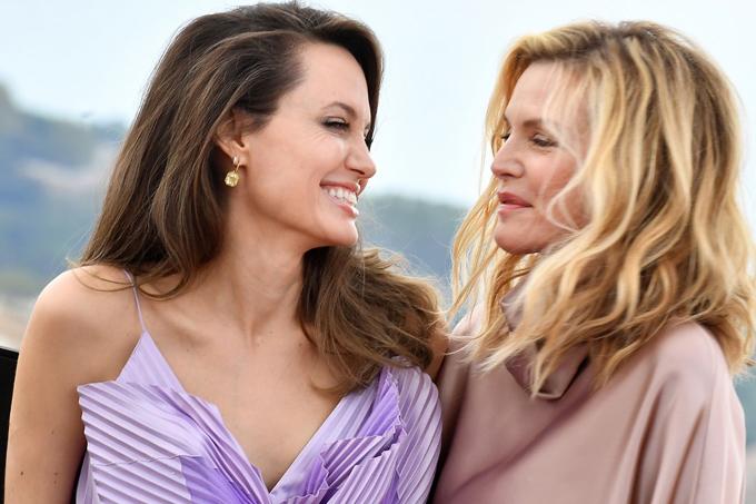 Cô chụp hình cùng bạn diễn - minh tinh Michelle Pfeiffer, 61 tuổi.