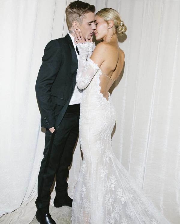 Một tuần sau lễ cưới, vợ chồng Justin Bieber cùng chia sẻ với người hâm mộ loạt ảnh cưới đẹp như mơ. Chú rể Justin mặc vest xanh đen với thiết kế trẻ trung trong khi cô dâu Hailey diện soiree ren gợi cảm để lộ tấm lưng trần.