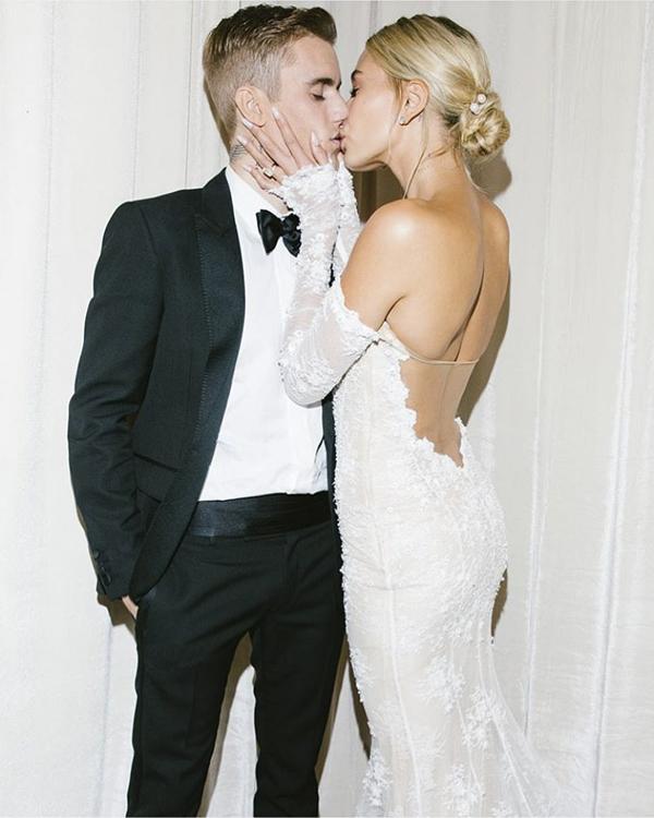 Nam ca sĩ tự hào khoe Cô dâu của tôi. Đây là lần đầu tiên cặp sao tiết lộ ảnh cưới. Trong hôn lễ diễn ra ở Nam Carolina hôm 30/9, Justin đã thiết kế một chiếc hộp khổng lồ để che chắn cho cô dâu đi từ khách sạn ra nhà thờ khiến không một hình ảnh rõ nét nào của Hailey bị paparazzi hay người hâm mộ chụp được.