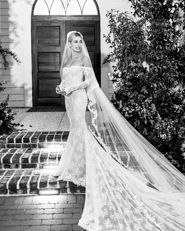 Chiếc váy cưới được thiết kế bởi Virgil Abloh - CEO và đồng sáng lập của thương hiệu Off White. Hailey dành lời tri ân nhà thiết kế: Cảm ơn anh đã tạo ra chiếc váy mơ ước của tôi. Anh và đội ngũ Off White đã có sáng tạo tuyệt vời và tôi mãi mãi biết ơn vì chiếc váy tuyệt đẹp của anh.