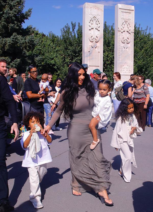 Kim tới làm lễ rửa tội cho 3 con nhỏ. Con gái cả từng được rửa tội vào năm 2015 tại nhà thờ ở Jerusalem.