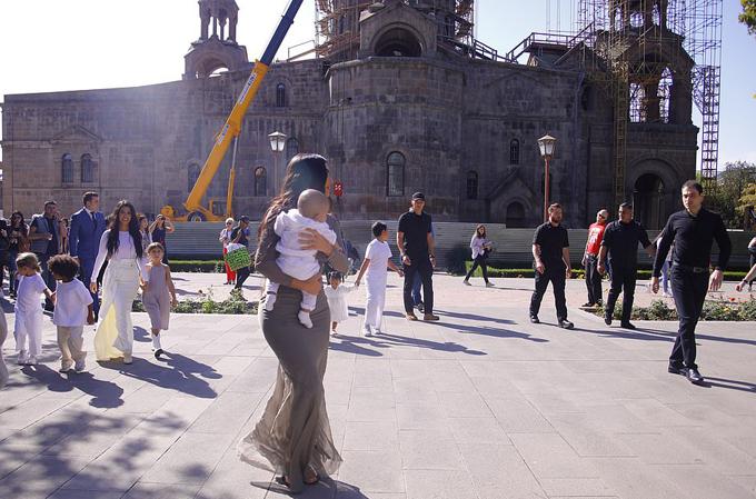 Chị gái Kim, ngôi sao truyền hình Kourtney Kardashian (mặc váy trắng), cũng dắt theo 3 con tới buổi lễ.