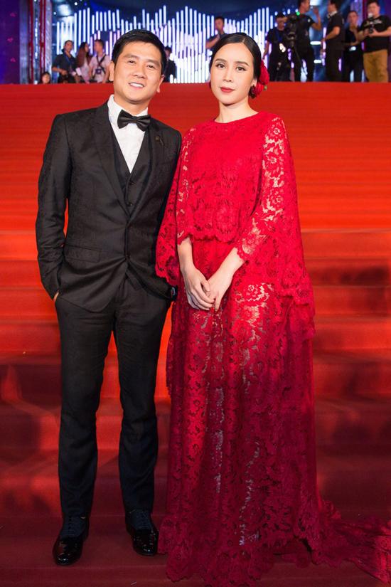 Bên cạnh việc diện trang phục trắng đen thông dụng, Lưu Hương Giang còn chọn váy áo tôn màu nổi để tạo sức hút. Tuy nhiên, trang phục của cô luôn được chọn lựa khéo léo để tạo nên sự hài hoài với quần áo đi tiệc của Hồ Hoài Anh.