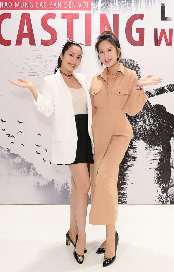 Nữ diễn viên tạo dáng thân thiết bên nhà sản xuất - diễn viên Minh Hà.