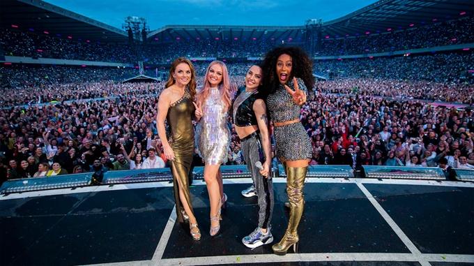 4 thành viên (từ trái qua phải) Geri, Emma, Mel C và Mel B trong tour diễn ở Anh hồi tháng 6.
