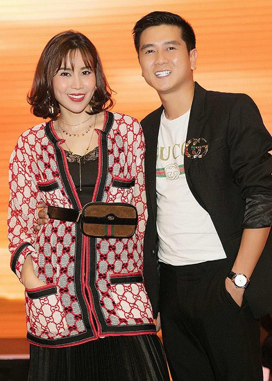 Song song với hình ảnh lịch lãm cùng trang phục đơn sắc, cặp đôi còn thể hiện sành điệu với hai set đồ họa tiết bắt mắt của Gucci.