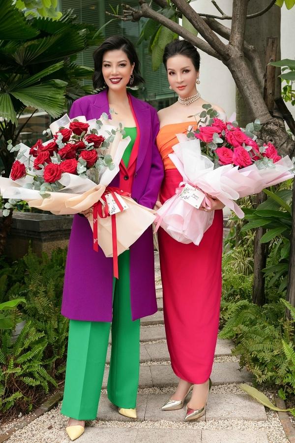 MC Thanh Mai (phải) sinh ngày 19/10, còn cựu sinh mẫu Vũ Cẩm Nhung sinh ngày 26/10 nên họ quyết định tổ chức tiệc sinh nhật chung.
