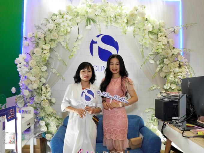 Tiến sĩ, bác sĩ da liễu Trần Ngọc Ánh ghé thăm gian hàng iS Clinical tại Beauty Expo 2019.