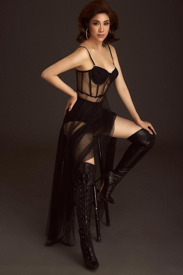 Người đẹpphối thêm lớp renvà đôi boot da đi cùng trang phục nội y để tạo điểm nhấn thu hút.