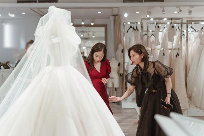 NTK Phương Linh (váy đen) và cô dâu trong lần cô dâu thử váy.