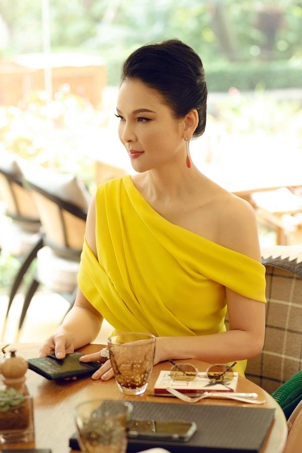 Người đẹp Thủy Hương khoe vai trần.