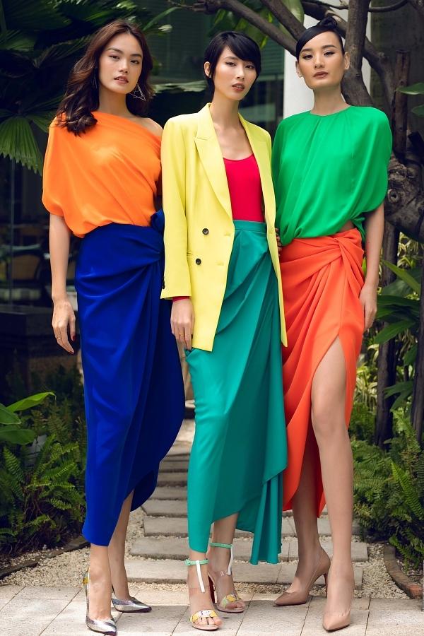 Ba người mẫu Thanh Thảo, Hằng Nguyễn, Lê Thúy đọ dáng với nhau.